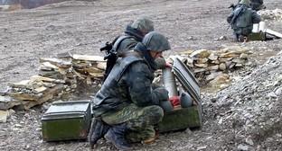 Военнослужащие со снарядами для гаубицы Д-30. Фото: Денис Мокрушин, скриншот видеозаписи на Youtube.com