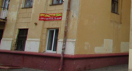 """Угловое окно первого этажа собственник квартиры намерен переделать во вход в коммерческое помещение. Фото Вячеслава Ященко для """"Кавказского узла"""""""