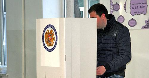 На избирательном участке во время референдума. 6 декабря 2015 г. Фото http://newsarmenia.am/news/armenia/v-armenii-v-20-00-zakrylis-vse-izbiratelnye-uchastki-na-konstitutsionnom-referendume/