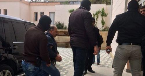 Рауфа Миркадырова ведут в здание суда. Фото http://haqqin.az/news/55759
