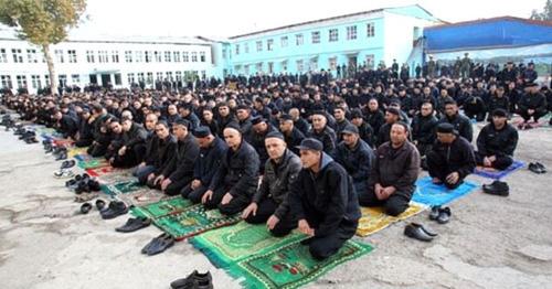 Заключенные молятся в тюрьме. Фото: RFE/RL
