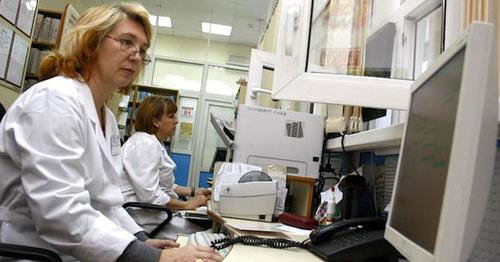 Медицинские работники в регистратуре поликлиники. Фото: Владимир Аносов / Югополис