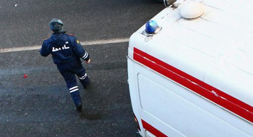 Сотрудник ДПС у машины скорой помощи. Фото: http://www.siapress.ru/news/21649