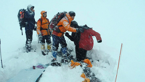 Спасение туриста в горах. Фото: https://www.facebook.com/pressmchskbr/photos/pcb.1739967179568184/1739966706234898/?type=3&theater
