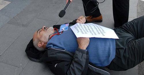 Активист Вардгес Гаспари во время акции протеста. Фото http://www.slaq.am/rus/news/118854/