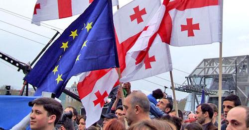 """Флаги Грузии и Евросоюза. Фото Эдиты Бадасян для """"Кавказского узла"""""""