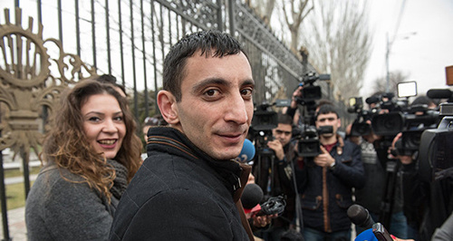 На митинге перед зданием НС РА журналисты и общественные активисты.23.02.2016 Фото:  Sputnik Армения,  АСАТУР ЕСАЯНЦ http://sputnikarmenia.ru/armenia/20160223/2069766.html#ixzz413myPuhV
