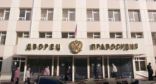 Вход в здание Промышленного райсуда Ставрополя . Фото: http://bloknot-stavropol.ru/?PAGEN_1=447&PAGEN_2=118