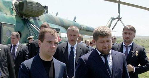 Адам Делимханов (крайний справа) во время поездки Михаила Медведева в Чечню. Июнь 2010 г. Фото: Kremlin.ru