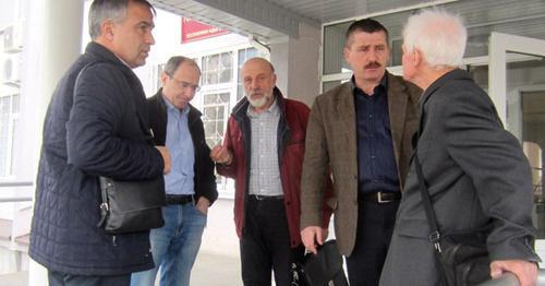 Валерий Бриних (второй справа) с группой поддержки после окончания заседания Майкопского городского суда. 2 марта 2016 г. Фото: Александр Петин
