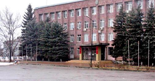 Здание городской администрации в Буйнакске. Дагестан. Фото http://odnoselchane.ru/