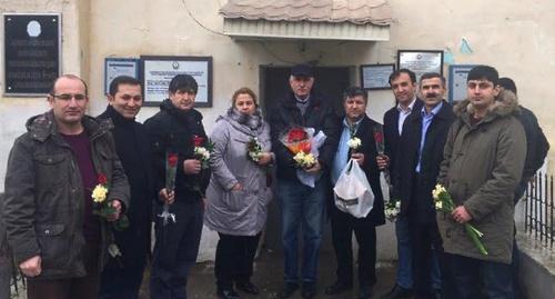 """Активисты, пришедшие поздравить Хадиджу Исмайлову с 8 марта, перед зданием колонии. Баку, 7 марта 2016 года. Фото Парваны Байрамовой для """"Кавказского узла"""""""