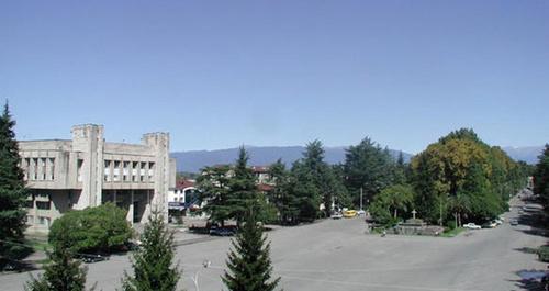Площадь в Зугдиди. Фото: https://ru.wikipedia.org/wiki/Зугдиди#/media/File:Sugdidi.jpg