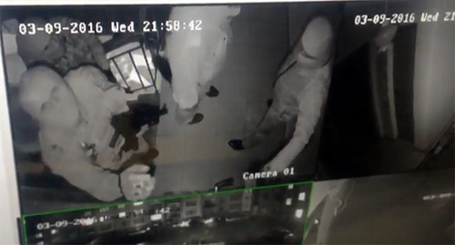Участники нападения на офис СМГ в Ингушетии. Скриншот видеозаписи с камеры наблюдения из Twitter'а Дмитрия Утукина, Twitter.com/U2_Keen