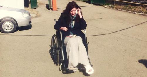 Александра Елагина выложила фото на своей странице в Facebook, на которой она запечатлена сидящей в инвалидной коляске. Магас, 10 марта 2016 г. Фото: https://www.facebook.com/photo.php?fbid=10204326985654131&set=a.3719866214597.115335.1814045674&type=3&theater
