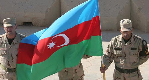 Флаг Азербайджана на построении в войсках армии Азербайджана. Фото:  http://hayinfo.ru/ru/news/policy/97737.html