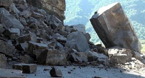 Обвал на горной дороге. Фото: http://www.riadagestan.ru/mobile/news/incidents/v_dagestane_obval_kamney_zakryl_gornuyu_dorogu/