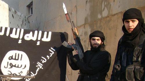 Сторонники ИГ у флага  «Исламского государства» (ИГ — признано террористической организацией, его деятельность в России запрещена).  Фото Пользователя Вести Детально, www.flickr.com
