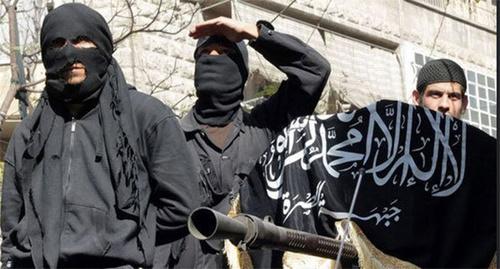 Сторонники ИГ держат флаг «Исламского государства» (ИГ — признано террористической организацией, его деятельность в России запрещена).  Фото Пользователя Главный Редактор, www.flickr.com