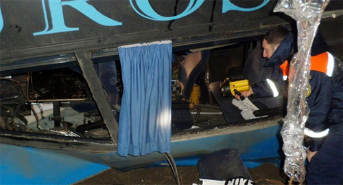 Обследование автобуса после ДТП в Тарумовском районе. Фото: http://www.riadagestan.ru/news/disasters_and_catastrophes/v_rezultate_avarii_passazhirskogo_avtobusa_neoplan_postradali_16_chelovek/