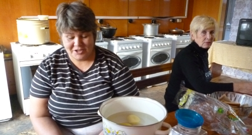 """Живущие в пансионе женщины готовят еду. 8 декабря 2014 года. Фото Светланы Кравченко для """"Кавказского узла"""""""