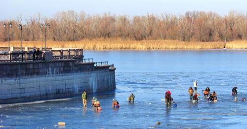 """Рыбаки ловят рыбу на льду канала, впадающего в Волгу. Астрахань. Фото Вячеслава Ященко для """"Кавказского узла"""""""