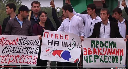 """Митинг в поддержку сирийских черкесов, октябрь 2015. Фото: стоп-кадр видео """"Митинг в поддержку сирийских черкесов"""" http://kchrline.ru/?p=21790"""