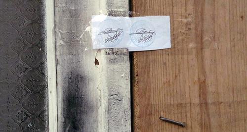 """Входная дверь в дом Аветисянов опечатана органами следствия. Гюмри, 14 января 2015 г. Фото Тиграна Петросяна для """"Кавказского узла"""""""