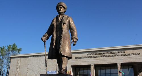 Памятник поэту Сулейману Стальскому в Дербенте. Фото: http://minkultrd.ru/news/news_list/V_Derbente_otkryli_pamyatnik_poetu_Sulei_manu_Stalskomu/