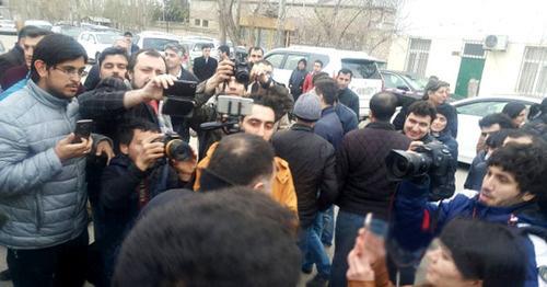 Журналисты ожидают освобождения Интигама Алиева из исправительного учреждения №6. 28 марта 2016 г. Фото http://haqqin.az/news/66728