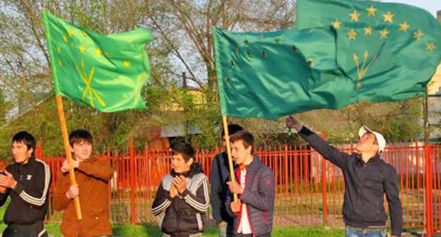 """Молодые люди держат черкесские флаги. 25 апреля 2014 г. Фото Аси Капаевой для """"Кавказского узла"""""""