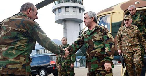 Бако Саакян в аэропорту Степанакерта встречает Сержа Саргсяна (справа), Нагорный Карабах, 18 апреля 2016 г. Фото: RFE/RL