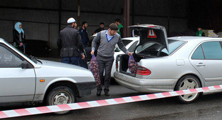 Машины волонтеров ждут своей своей очереди грузить продукты для раздачи. Ингушетия, 29 апреля 2016 г. Фото Магомеда Тачиева