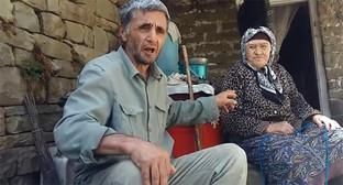 Рамазан Джалалдинов рядом с пожилой жительницей села Кенхи. Скриншот из видеообращения https://www.youtube.com/watch?v=T_oDJXutJJc