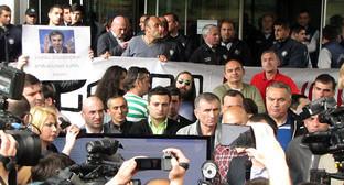 """Участники митинга против продажи земли у мэрии Тбилиси 2 мая 2016 года. Фото Бемлана Кмузова для """"Кавказского узла"""""""