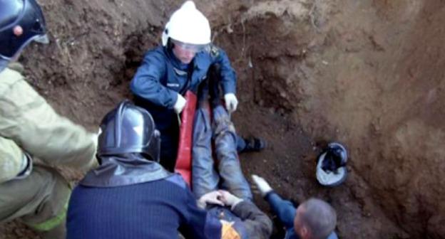 Работа спасателей на месте обрушения грунта при рытье котлована в Нальчике. 4 мая 2016 г. Фото http://kbrria.ru/proisshestviya/po-faktu-gibeli-rabochih-v-nalchike-provoditsya-dosledstvennaya-proverka-13395
