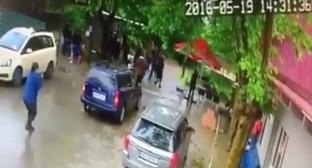 Скриншот записи убийства Гиги Отхозории с камеры наблюдения, Youtube.com