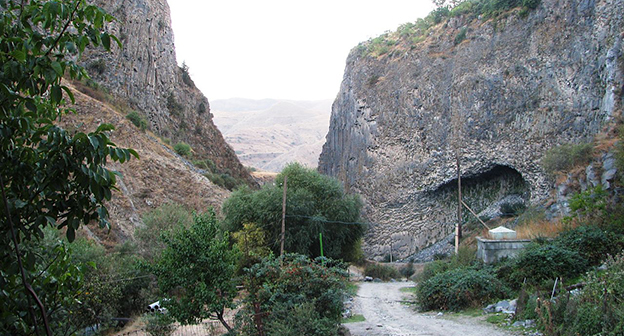 Ущелье в Гарни.  Фото: Hanay, https://ru.wikipedia.org/wiki/Гарни_(село)#/media/File:Garni_Gorge_Armenia_(23).JPG