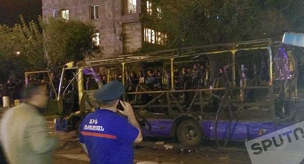 НА месчте взрыва автобуса в Ереване. Фото © SPUTNIK/ DAVID GALSTYAN,http://www.sputnikarmenia.ru/photo/20160425/3160776.html