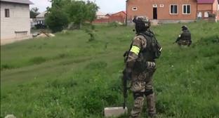Сторудник спецслужб во время проведения КТО в Ингушетии. Фото: http://nac.gov.ru/kontrterroristicheskie-operacii/v-ingushetii-presechena-deyatelnost.html