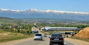 По дороге в Буйнакск. Дагестан. Фото: Шамиль Шангереев http://odnoselchane.ru/