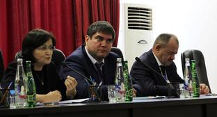 Новый руководитель дагестанского отделения ПФР Азнаур Гаджимирзоев (в центре) на представлении коллективу. Махачкала, 24.05.2016 фото: пресс-служба даготделения ПФР