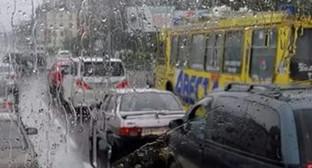 Поток автомобилей в Волгограде. Фото: http://bloknot-volgograd.ru/news/dozhd-ustroil-na-dorogakh-volgograda-transportnyy--745971