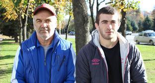 Исмаил Мусукаев (справа) и его тренер Юсуп Ажоев. Фото http://kbrria.ru/sport/ismail-musukaev-pobedil-v-hasavyurte-5116