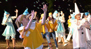 """Участники карнавального шествия в Сочи. Сочи, 28 мая 2016 г. Фото Светланы Кравченко для """"Кавказского узла""""."""