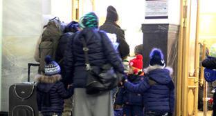 """Уезжающая из Чечни семья в очереди на паспортный контроль на железнодорожном вокзале Бреста. Март 2016 г. Фото Ахмеда Альдебирова для """"Кавказского узла"""""""