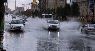 """Огромные лужи на проезжей части Грозного. Фото Магомеда Магомедова для """"Кавказского узла"""""""