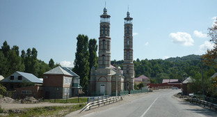 Мечеть в селе Ца Ведено. Фото: http://photo.qip.ru/users/muslim-megane/200119355/201068153/