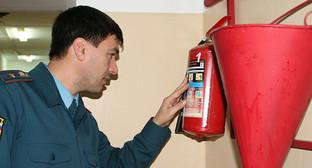 Проверка срока годности огнетушителя. Фото: http://www.business-vector.info/?p=22726