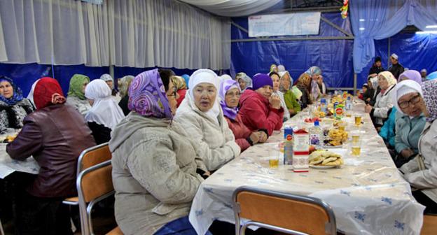 Верующие во время разговения. Фото http://magas.ru/